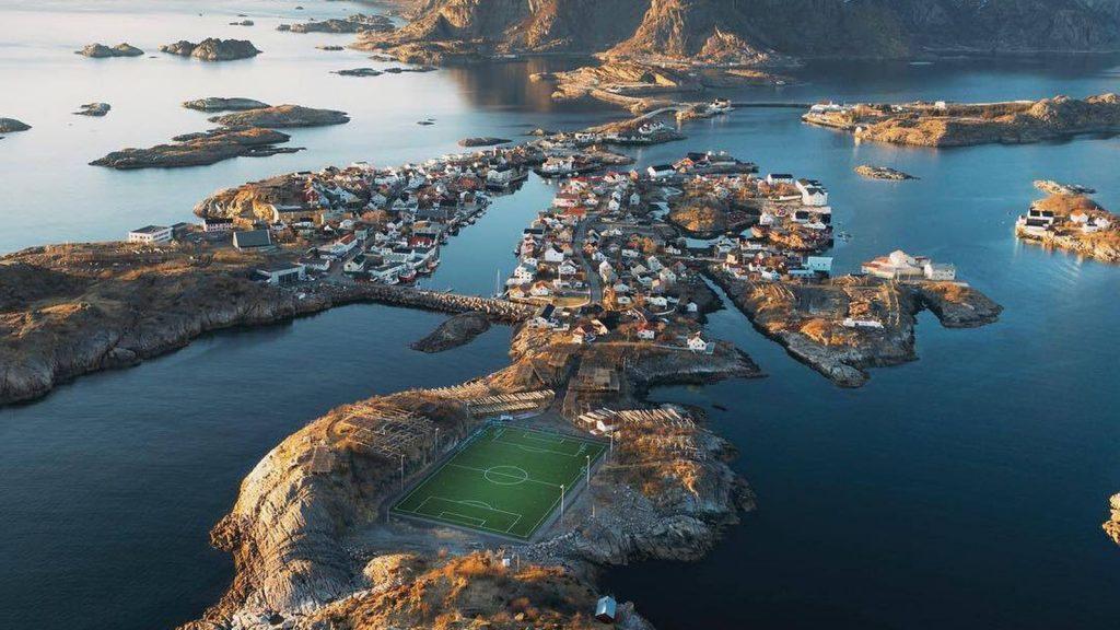 Atemberaubender Fußballplatz am Ende der Welt